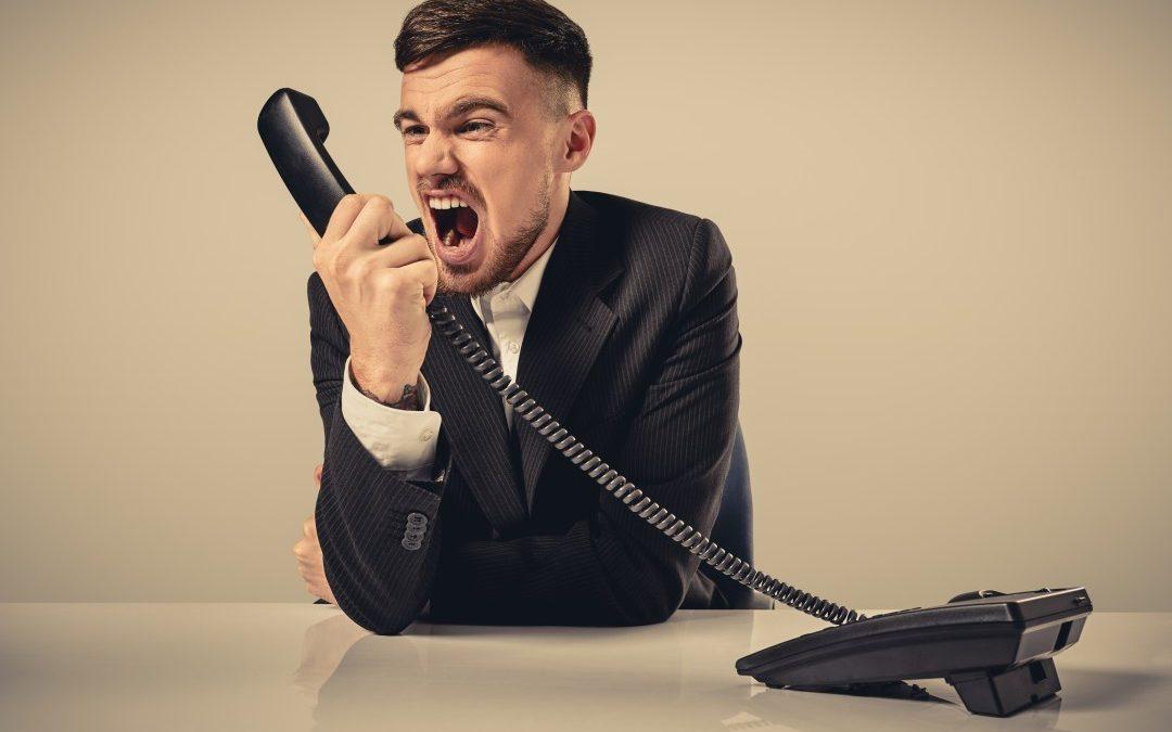 Bang voor het telefoontje dat…